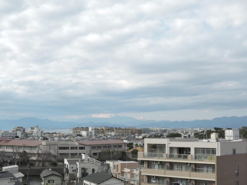 湘南江の島駅のルーフテラスから見た富士山